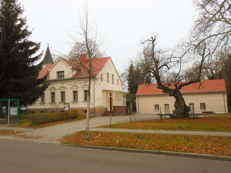 Kirche-Pfarrhaus-2015-c